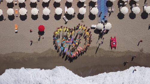 Tindiario 4, flashmob sulla spiaggia: il video dal drone è un'esplosione di colori